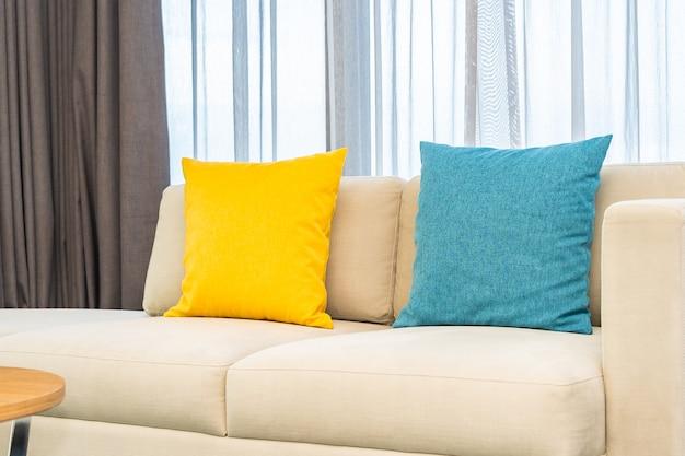 Almofadas coloridas em sofá bege Foto gratuita