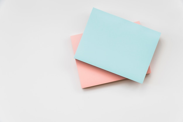 Almofadas de nota pegajosa colorida Foto gratuita