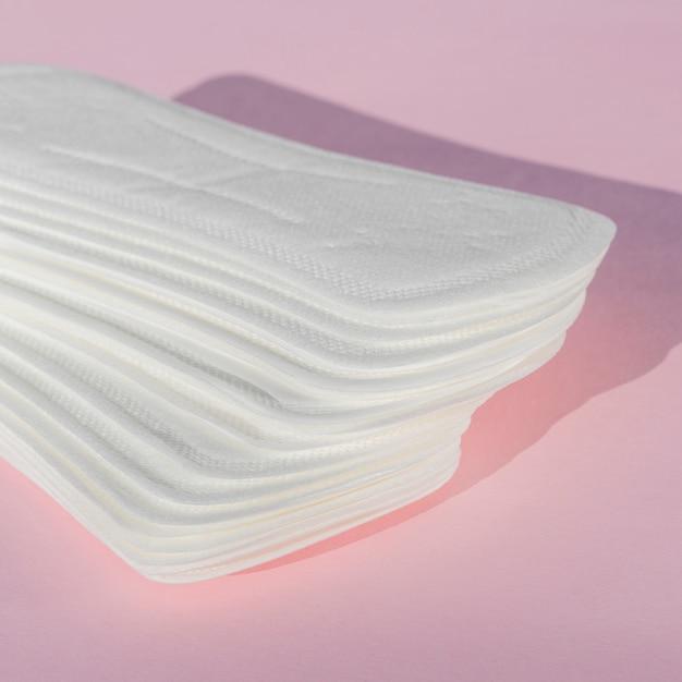Almofadas diárias de alta vista em fundo rosa Foto gratuita