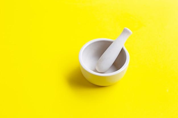 Almofariz e pilão em amarelo. Foto Premium