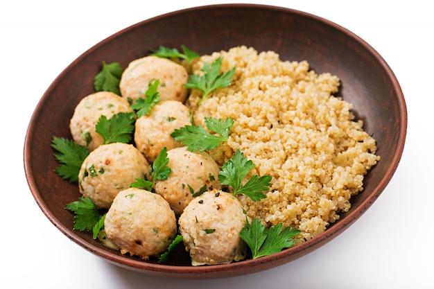 Almôndegas assadas de filé de frango com guarnecido com quinoa Foto Premium