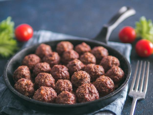 Almôndegas caseiras de carne em frigideira de ferro fundido Foto Premium