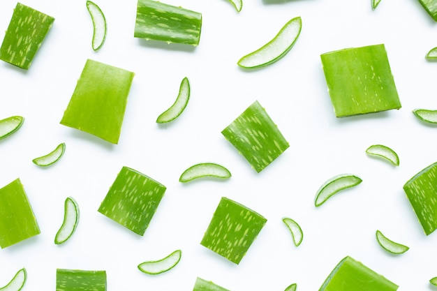 Aloe vera é uma planta medicinal popular para a saúde e beleza, em um branco. Foto Premium