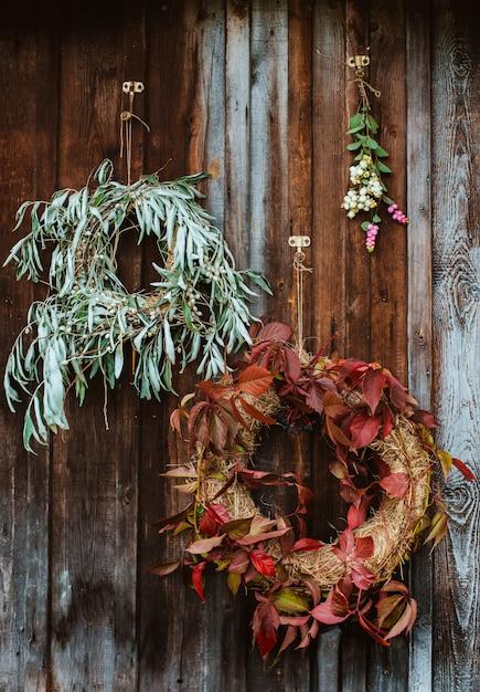 Alpendre com grinaldas de outono Foto gratuita