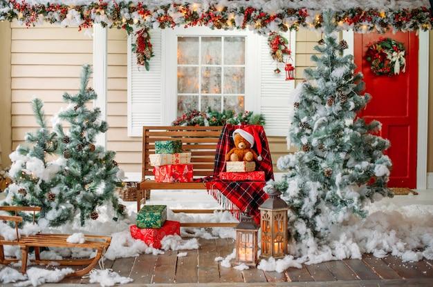 Alpendre da casa com decoração de natal Foto Premium