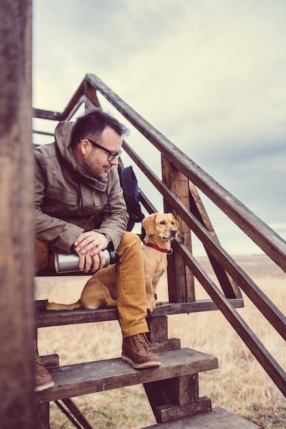 Alpinista e cachorro descansando Foto Premium
