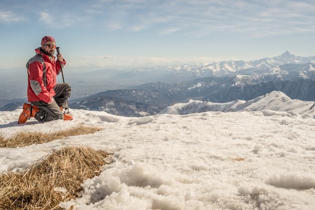 Alpinista no topo da montanha Foto Premium