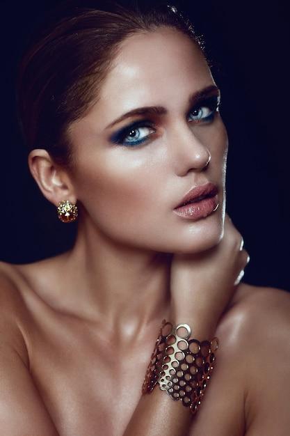 Alta moda look.glamor closeup retrato do modelo sexy caucasiano elegante mulher jovem e bonita loira com maquiagem brilhante, com perfeita pele limpa com olhos azuis com acessórios Foto gratuita