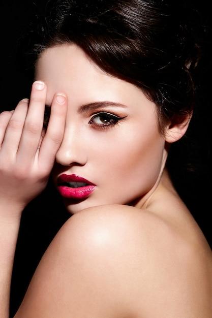 Alta moda look.glamor closeup retrato do modelo sexy caucasiano morena jovem bonita com maquiagem brilhante, com lábios vermelhos, com pele limpa perfeita Foto gratuita