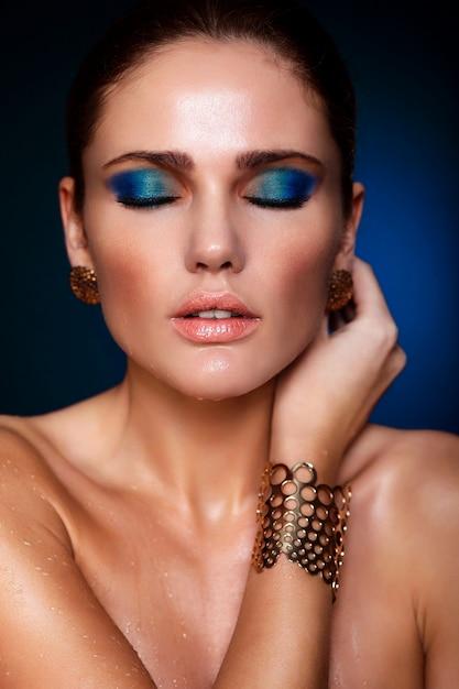 Alta moda look.glamor closeup retrato do modelo sexy caucasiano mulher jovem e bonita com lábios suculentos, maquiagem azul brilhante, com pele limpa perfeita com os olhos fechados Foto gratuita