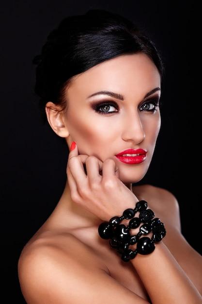 Alta moda look.glamor closeup retrato do modelo sexy caucasiano mulher jovem e bonita com lábios vermelhos, maquiagem brilhante, com pele limpa perfeita isolada no preto Foto gratuita