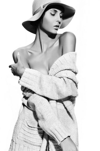 Alta moda look.glamor closeup retrato do modelo sexy elegante mulher jovem e bonita com maquiagem brilhante com perfeita pele limpa em pano casual no chapéu Foto gratuita