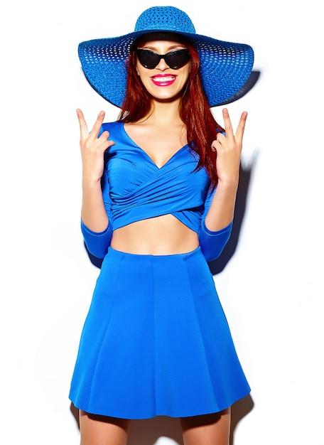Alta moda look.glamor elegante sexy sorridente modelo mulher jovem e bonita engraçado no pano casual azul brilhante de verão no chapéu de sol Foto gratuita