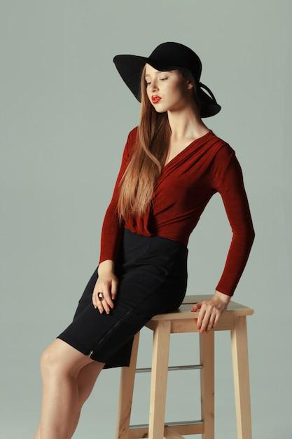 Alta moda modelo posando no chapéu Foto Premium