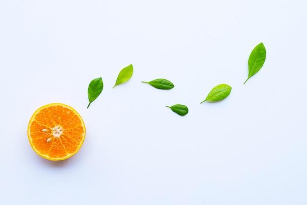 Alta vitamina c. citrinos frescos de laranja com folhas isoladas no branco Foto Premium