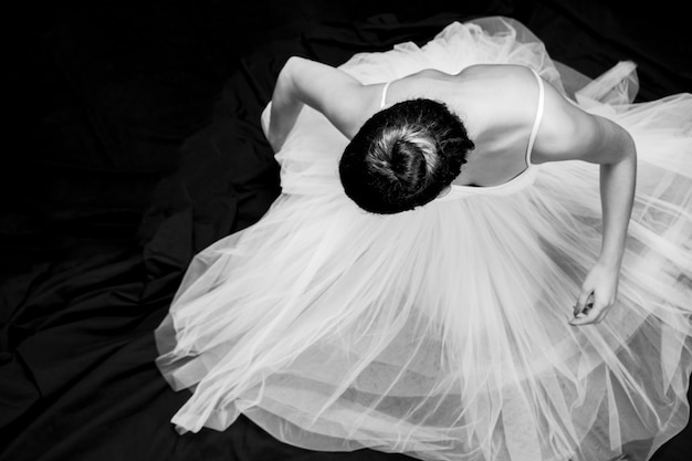 Alto, ângulo, bailarina, sentando, grayscale Foto gratuita