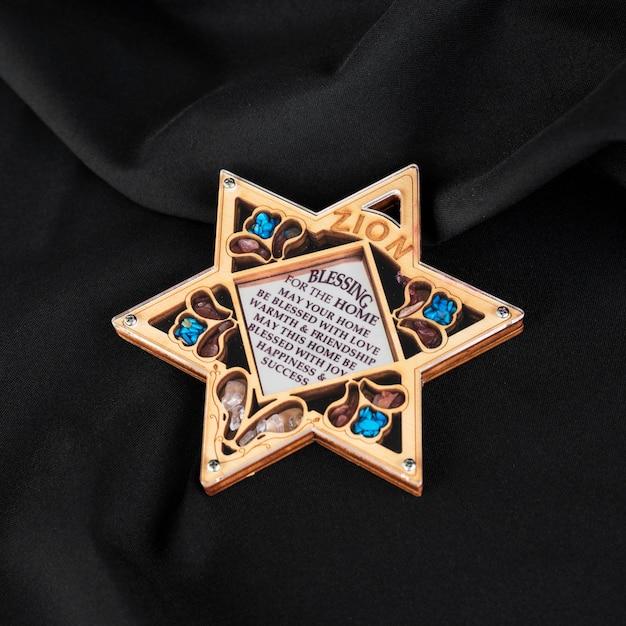 Alto ângulo da estrela de david embelezada Foto gratuita
