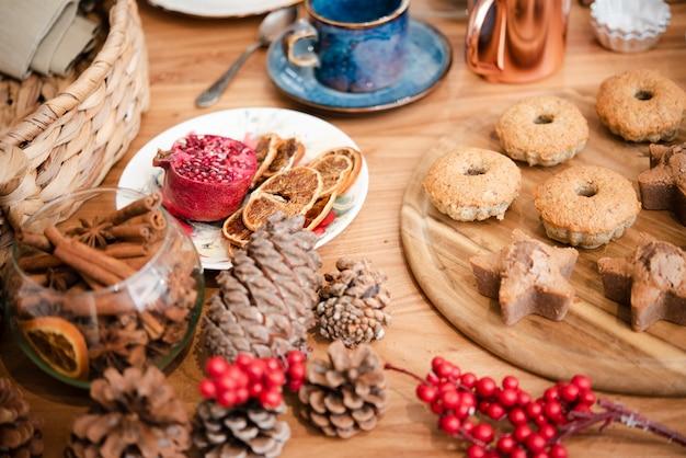 Alto ângulo de amora com pinhas e biscoitos Foto gratuita