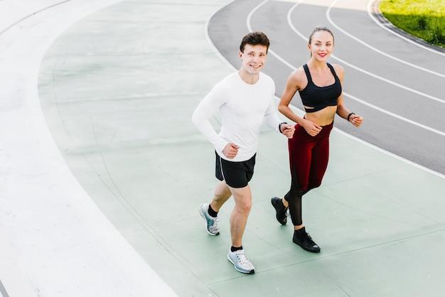 Alto ângulo de atletas correndo Foto gratuita
