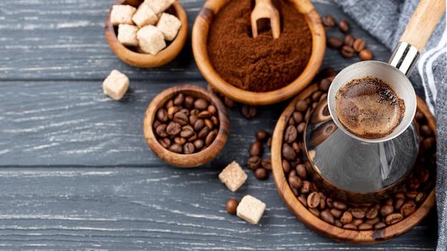 Alto ângulo de café na mesa de madeira Foto gratuita