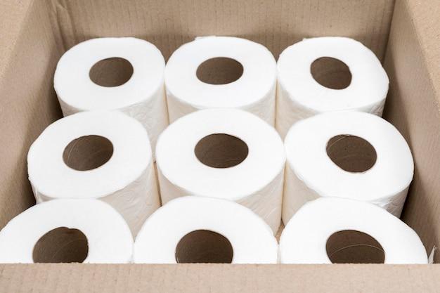 Alto ângulo de caixa de papelão com papel higiênico Foto gratuita