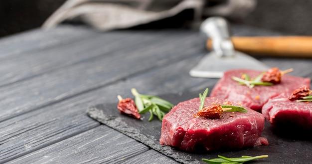 Alto ângulo de carne com ervas e cópia espaço Foto gratuita