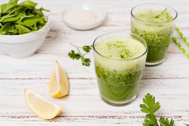 Alto ângulo de copos de smoothies saudáveis Foto gratuita