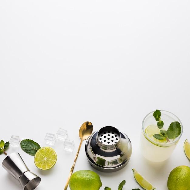 Alto ângulo de coquetel com limão e hortelã Foto gratuita