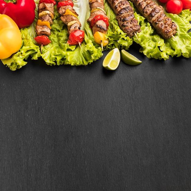 Alto ângulo de delicioso kebab com espaço de cópia Foto gratuita