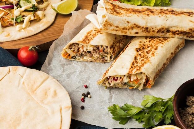 Alto ângulo de delicioso kebab com vários ingredientes Foto gratuita
