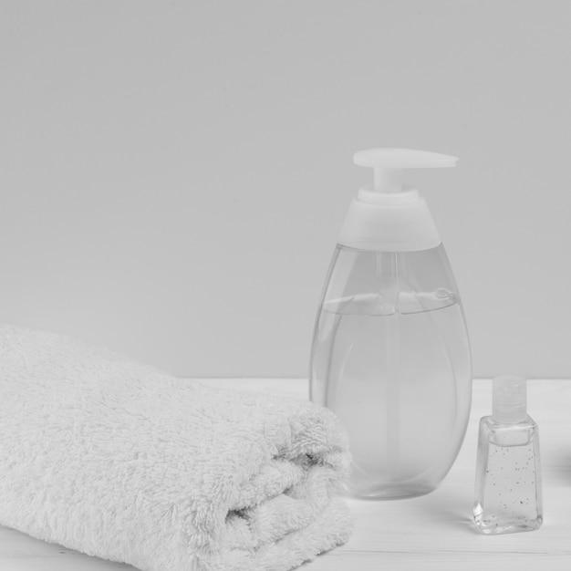 Alto ângulo de dispensador de óleo e toalha para chá de bebê Foto gratuita