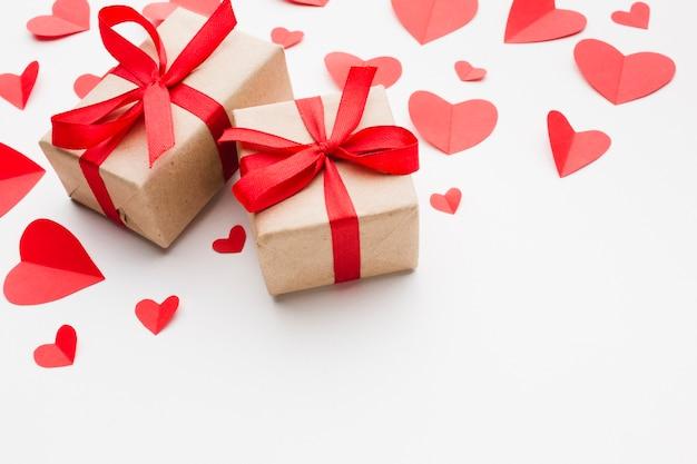 Alto ângulo de formas de coração presente e papel para dia dos namorados Foto gratuita