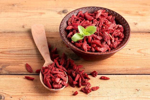 Alto ângulo de frutos secos vermelhos Foto gratuita