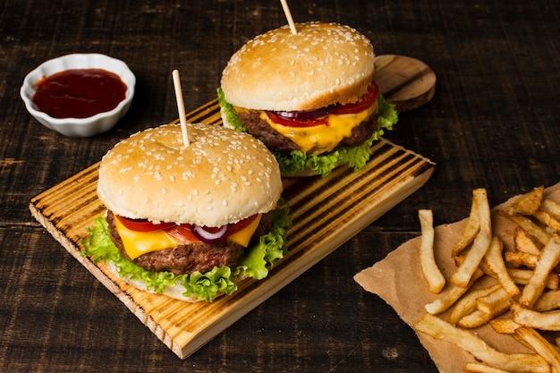 Alto ângulo de hambúrgueres e batatas fritas Foto gratuita