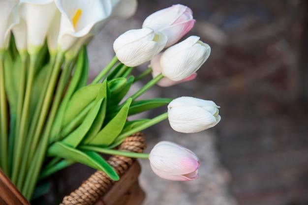 Alto ângulo de lindas tulipas na cesta Foto gratuita