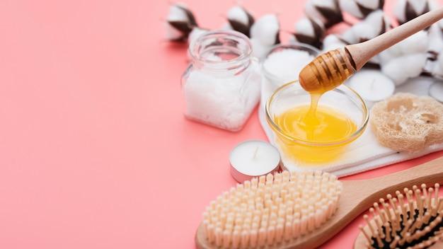 Alto ângulo de mel spa e flores de algodão Foto gratuita