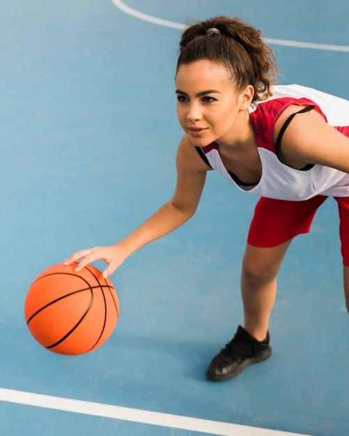 Alto ângulo de menina jogando basquete Foto gratuita