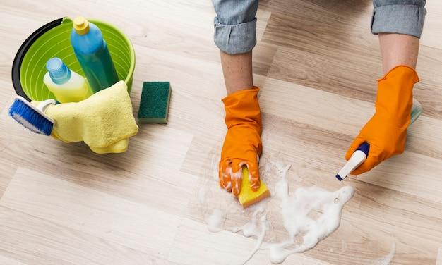 Alto ângulo de mulher limpando o chão Foto gratuita