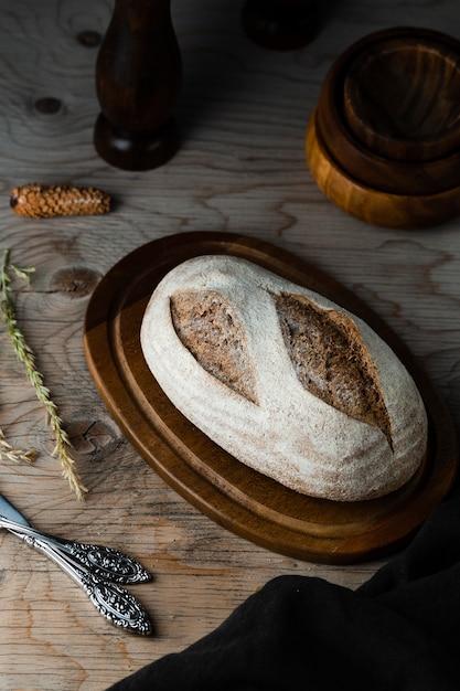 Alto ângulo de pão no helicóptero com mesa de madeira Foto gratuita