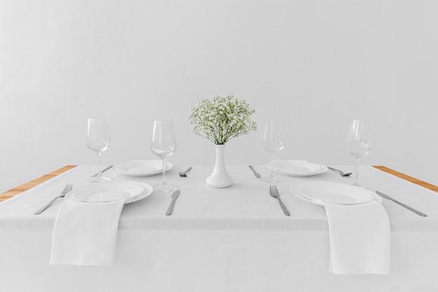 Alto ângulo de placas brancas na mesa com espaço de cópia Foto gratuita