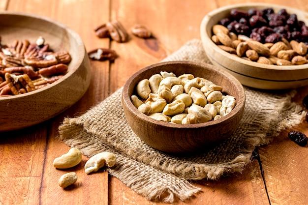Alto ângulo de tigelas com amendoins e nozes Foto gratuita