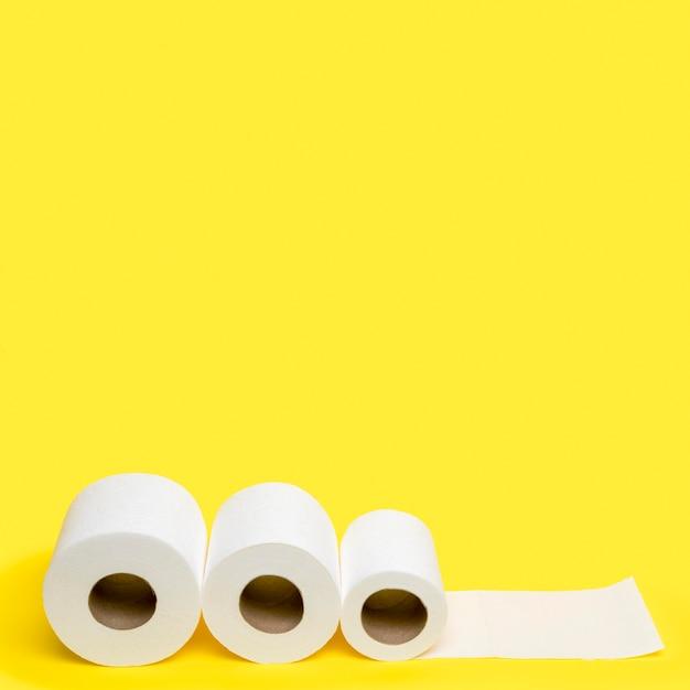 Alto ângulo de três rolos de papel higiênico com espaço de cópia Foto gratuita