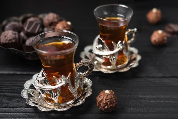 Alto ângulo de trufas e xícaras de chá Foto gratuita