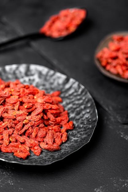 Alto ângulo do conceito de frutas vermelhas secas Foto gratuita