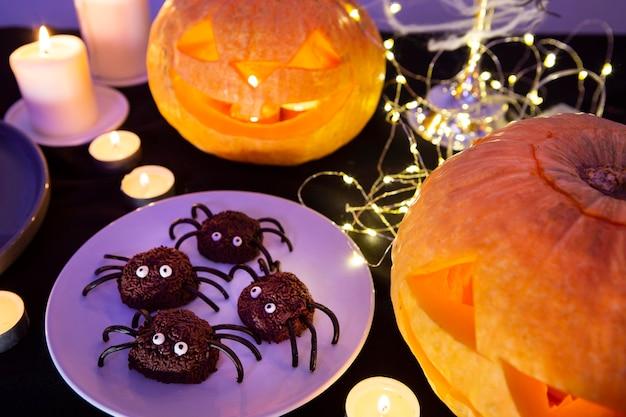 Alto ângulo do conceito doce de halloween Foto gratuita
