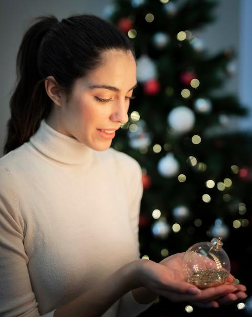 Alto, ângulo, femininas, segurando, natal, globo, decoração Foto gratuita