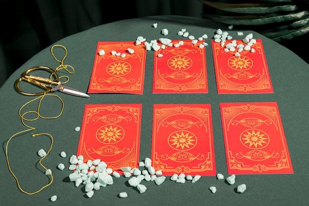 Alto ângulo, jogo, de, vermelho, cartas tarot Foto gratuita