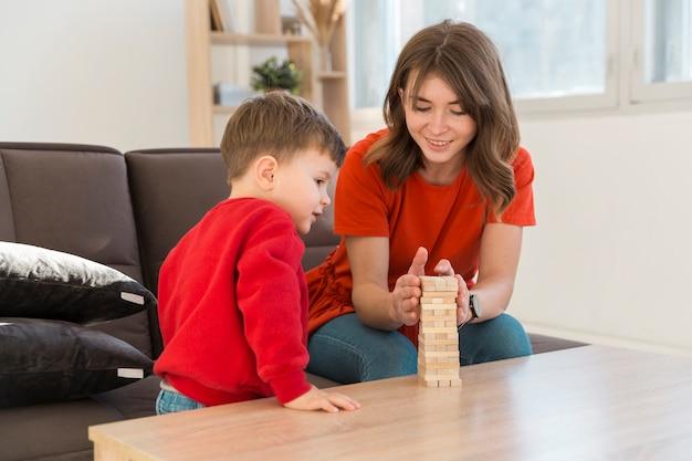 Alto ângulo mãe e filho jogando jogo janga Foto gratuita