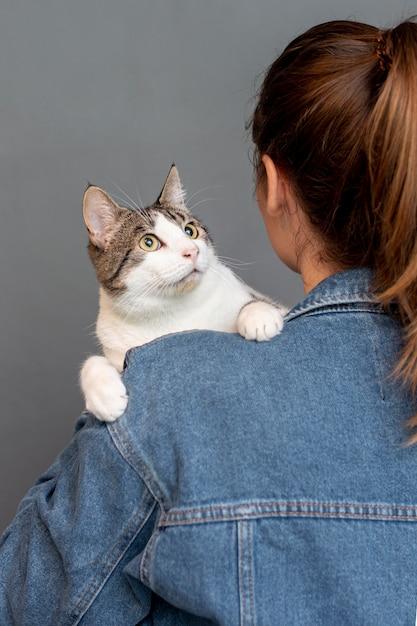 Alto, ângulo, mulher segura, gato Foto gratuita