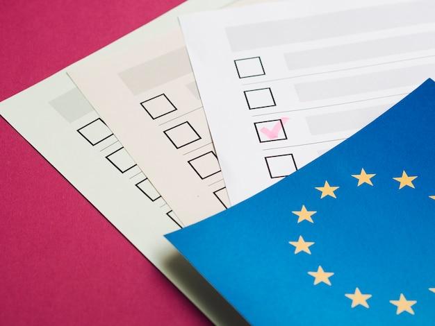 Alto ângulo preenchido questionário eleitoral Foto gratuita